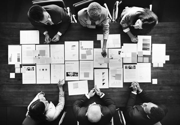 Forretningsmænd undersæger kontraktstyringssystem